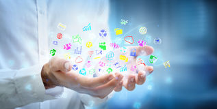 Πολλαπλών καθηκόντων έννοια - apps στα χέρια Στοκ Εικόνες