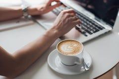 Πολλαπλών καθηκόντων γυναίκα χεριών που εργάζεται στο wifi Διαδίκτυο, πολυάσχολο χρησιμοποιώντας lap-top σύνδεσης lap-top χεριών  Στοκ φωτογραφίες με δικαίωμα ελεύθερης χρήσης