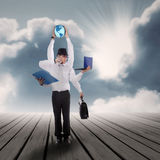 Πολλαπλών καθηκόντων επιχειρηματίας με τις εργασίες του κάτω από το μπλε ουρανό Στοκ Εικόνα