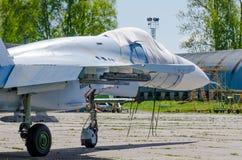 Πολεμικό αεροσκάφος για το χώρο στάθμευσης επισκευής στον αερολιμένα Στοκ Εικόνες