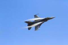 Πολεμικό αεροσκάφος με τον ουρανό Στοκ Φωτογραφία