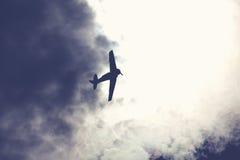 Πολεμικό αεροσκάφος στο νεφελώδη ουρανό Στοκ Φωτογραφίες