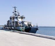 Πολεμικό πλοίο κοντά στην αποβάθρα Στοκ εικόνα με δικαίωμα ελεύθερης χρήσης