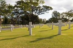Πολεμικό στρατιωτικό νεκροταφείο στον πίσω φωτισμό Στοκ εικόνες με δικαίωμα ελεύθερης χρήσης