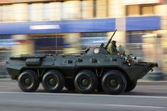 Πολεμικό όχημα BTR80 πεζικού κατά τη διάρκεια της πολεμικής παρέλασης Στοκ Εικόνες