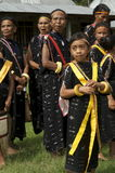 Πολεμιστές που χορεύουν στα παραδοσιακά ενδύματα Flores Ινδονησία Στοκ Φωτογραφία