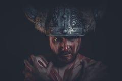 Πολεμιστής Βίκινγκ με ένα κερασφόρο χρώμα κρανών και πολέμου στο πρόσωπό του Στοκ Εικόνες