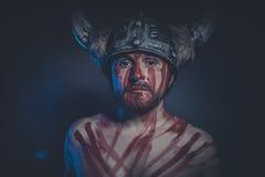 Πολεμιστής Βίκινγκ με ένα κερασφόρο χρώμα κρανών και πολέμου στο πρόσωπό του Στοκ φωτογραφία με δικαίωμα ελεύθερης χρήσης