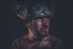 Πολεμιστής Βίκινγκ με ένα κερασφόρο χρώμα κρανών και πολέμου στο πρόσωπό του Στοκ Εικόνα