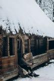 Πολεμιστής Βίκινγκ που ακονίζει το ξίφος του καθμένος κοντά στο αρχαίο W Στοκ Εικόνες