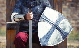 Πολεμιστής με το ξίφος και την ασπίδα στοκ εικόνες