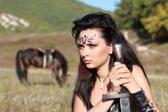 Πολεμιστής της Αμαζώνας κοριτσιών που οπλίζεται με ένα ξίφος Στοκ Εικόνα