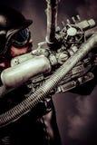 Πολεμιστής του μέλλοντος με το τεράστιο κυνηγετικό όπλο πυροβόλων λέιζερ πέρα από το χάος Στοκ Εικόνες