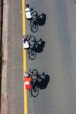 Ποδηλάτες τρία προς τα κάτω   Στοκ Εικόνες