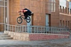 ποδηλάτης που κάνει την μπροστινή όψη τεχνάσματος ραγών λυκίσκου Στοκ Εικόνες