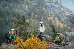 Ποδηλάτες βουνών δρομέων προετοιμασιών προς τα κάτω Στοκ Εικόνες