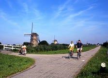Ποδηλάτες και ανεμόμυλοι, Kinderdijk Στοκ Φωτογραφία
