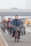 Ποδηλάτες καλμένη στην αιθαλομίχλη πόλη, Πεκίνο, Κίνα Στοκ φωτογραφία με δικαίωμα ελεύθερης χρήσης