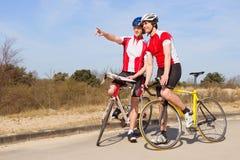 Ποδηλάτες κοιτάζοντας μπροστά στοκ φωτογραφία