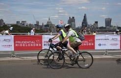 Ποδηλάτες που διασχίζουν τη γέφυρα Λονδίνο UK του Βατερλώ Στοκ εικόνες με δικαίωμα ελεύθερης χρήσης