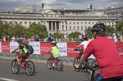 Ποδηλάτες που διασχίζουν τη γέφυρα Λονδίνο UK του Βατερλώ Στοκ Φωτογραφία