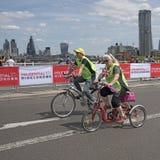 Ποδηλάτες που διασχίζουν τη γέφυρα Λονδίνο UK του Βατερλώ Στοκ Εικόνες