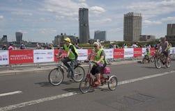 Ποδηλάτες που διασχίζουν τη γέφυρα Λονδίνο UK του Βατερλώ Στοκ Εικόνα