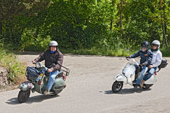 Ποδηλάτες που οδηγούν το εκλεκτής ποιότητας ιταλικό μηχανικό δίκυκλο Vespa Στοκ εικόνα με δικαίωμα ελεύθερης χρήσης