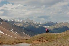 Ποδηλάτες που ταξιδεύουν στα βουνά της Γεωργίας όμορφη φύση lifestyle Στοκ εικόνα με δικαίωμα ελεύθερης χρήσης