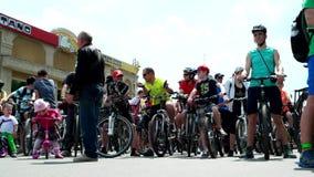 Ποδηλάτες στην έναρξη της φυλής, του μικρών κοριτσιού παιδιών και του αγοριού έτοιμων να προχωρήσουν απόθεμα βίντεο