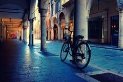 Ποδηλάτες στη στήλη στο arcade Mantova Στοκ Φωτογραφίες
