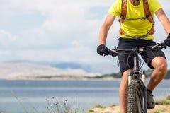 Ποδηλάτης βουνών που οδηγά στο ποδήλατο στη θάλασσα Στοκ εικόνες με δικαίωμα ελεύθερης χρήσης
