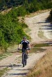 Ποδηλάτης βουνών στα ίχνη Στοκ Φωτογραφία