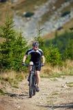Ποδηλάτης βουνών στα ίχνη Στοκ φωτογραφία με δικαίωμα ελεύθερης χρήσης