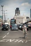 Ποδηλάτης και αυτοκίνητα στη γέφυρα του Λονδίνου Στοκ Εικόνες