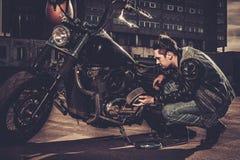 Ποδηλάτης και η μοτοσικλέτα ύφους bobber του στοκ φωτογραφίες