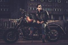 Ποδηλάτης και η μοτοσικλέτα ύφους bobber του στοκ φωτογραφία