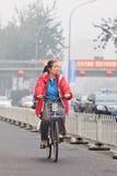 Ποδηλάτης καλμένη στην αιθαλομίχλη πόλη, Πεκίνο, Κίνα Στοκ φωτογραφία με δικαίωμα ελεύθερης χρήσης