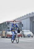 Ποδηλάτης καλμένη στην αιθαλομίχλη πόλη, Πεκίνο, Κίνα στοκ εικόνες με δικαίωμα ελεύθερης χρήσης