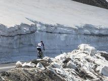 Ποδηλάτης μεταξύ των τοίχων του χιονιού Στοκ εικόνες με δικαίωμα ελεύθερης χρήσης