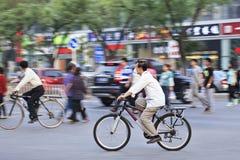 Ποδηλάτης με το στόμα ΚΑΠ στην οδό, Πεκίνο, Κίνα Στοκ Εικόνες