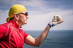 Ποδηλάτης με Headband bandana που εξετάζει ένα κρανίο στοκ φωτογραφία