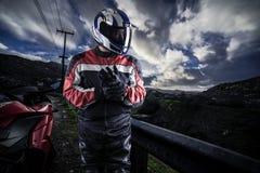 Ποδηλάτης μοτοσικλετών σε ένα φυσικό Raod Στοκ φωτογραφία με δικαίωμα ελεύθερης χρήσης