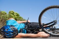 Ποδηλάτης που βρίσκεται στο δρόμο μετά από ένα ατύχημα στοκ εικόνες