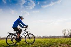Ποδηλάτης που οδηγά το ποδήλατο Στοκ φωτογραφίες με δικαίωμα ελεύθερης χρήσης