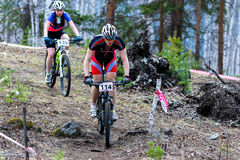 Ποδηλάτης ποδηλάτων βουνών που οδηγά την ενιαία διαδρομή Στοκ Εικόνες