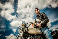 Ποδηλάτης σε μια μοτοσικλέτα Στοκ φωτογραφίες με δικαίωμα ελεύθερης χρήσης