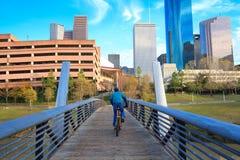 Ποδηλάτης στην οδό στον ορίζοντα του Χιούστον Τέξας με το σύγχρονο skyscra Στοκ Εικόνες