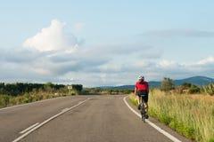 Ποδηλάτης στη βλέπω? εθνική οδό του αυτοκινήτου Στοκ εικόνα με δικαίωμα ελεύθερης χρήσης