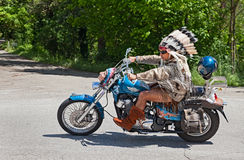 Ποδηλάτης στο κοστούμι αμερικανών ιθαγενών στοκ εικόνα